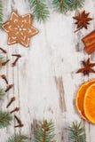 Διακοσμημένο μελόψωμο, κομψοί κλάδοι, καρυκεύματα στο παλαιό ξύλινο υπόβαθρο, διακόσμηση Χριστουγέννων Στοκ Εικόνες