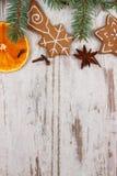 Διακοσμημένο μελόψωμο, κομψοί κλάδοι, καρυκεύματα στο παλαιό ξύλινο υπόβαθρο, διακόσμηση Χριστουγέννων Στοκ Φωτογραφία