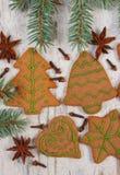 Διακοσμημένο μελόψωμο, κομψοί κλάδοι, καρυκεύματα στο παλαιό ξύλινο υπόβαθρο, διακόσμηση Χριστουγέννων Στοκ Φωτογραφίες