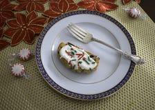 Διακοσμημένο μπισκότο σε ένα πιάτο με το δίκρανο στοκ φωτογραφία με δικαίωμα ελεύθερης χρήσης