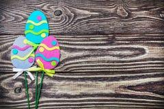 Διακοσμημένο Πάσχα αισθάνθηκε σπιτικό που σχεδιάστηκε στον πίνακα Στοκ Εικόνες