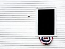 Διακοσμημένο παράθυρο σε ένα άσπρο αποικιακό κτήριο στη Νέα Αγγλία Στοκ φωτογραφία με δικαίωμα ελεύθερης χρήσης
