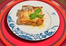 Διακοσμημένο πιάτο με ένα παραδοσιακό σπιτικό lasagna Στοκ εικόνες με δικαίωμα ελεύθερης χρήσης