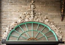 Διακοσμημένο πλαίσιο παραθύρων Tai Fu Tai στο προγονικό σπίτι, Χονγκ Κονγκ Κίνα στοκ εικόνες