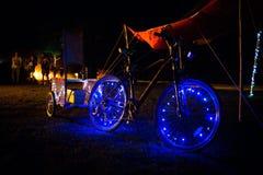 Διακοσμημένο ποδήλατο φω'των των οδηγήσεων τη νύχτα με τα μπλε φω'τα στοκ φωτογραφία με δικαίωμα ελεύθερης χρήσης