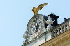 Διακοσμημένο ρολόι και χρυσός αετός πάνω από το παλάτι Schönbrunn Στοκ Εικόνα