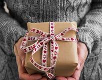 Διακοσμημένο τρύγος δώρο Χριστουγέννων με την κόκκινη και άσπρη κορδέλλα Στοκ εικόνες με δικαίωμα ελεύθερης χρήσης