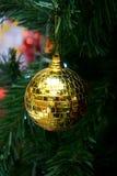 Διακοσμημένο υπόβαθρο δέντρο χριστουγεννιάτικων δέντρων με τα μπιχλιμπίδια και τα φω'τα Χριστουγέννων Στοκ Φωτογραφία