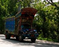 Διακοσμημένο φορτηγό στην εθνική οδό Karakoram, Πακιστάν στοκ εικόνες