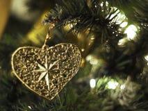 Διακοσμημένο χριστουγεννιάτικο δέντρο θολωμένος, σπινθήρισμα Στοκ φωτογραφία με δικαίωμα ελεύθερης χρήσης