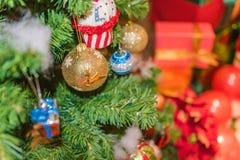 Διακοσμημένο χριστουγεννιάτικο δέντρο θολωμένος, σπινθήρισμα Στοκ φωτογραφίες με δικαίωμα ελεύθερης χρήσης