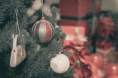 Διακοσμημένο χριστουγεννιάτικο δέντρο θολωμένος, σπινθήρισμα Στοκ εικόνες με δικαίωμα ελεύθερης χρήσης