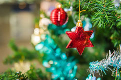Διακοσμημένο χριστουγεννιάτικο δέντρο θολωμένος, σπινθήρισμα Στοκ Εικόνες