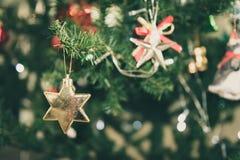 Διακοσμημένο χριστουγεννιάτικο δέντρο θολωμένος, σπινθήρισμα Στοκ Φωτογραφία