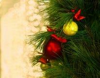 Διακοσμημένο χριστουγεννιάτικο δέντρο θολωμένος Στοκ Εικόνες
