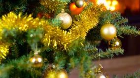 Διακοσμημένο χριστουγεννιάτικο δέντρο με τα φω'τα μπροστά από την εστία απόθεμα βίντεο