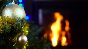 Διακοσμημένο χριστουγεννιάτικο δέντρο με τα φω'τα μπροστά από την εστία φιλμ μικρού μήκους