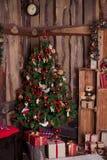 Διακοσμημένο χριστουγεννιάτικο δέντρο με τις κόκκινες σφαίρες στοκ εικόνες