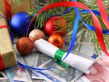 Διακοσμημένο χριστουγεννιάτικο δέντρο, χρήματα, παραδοσιακή νέα κάρτα διακοπών έτους Στοκ Εικόνες