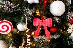 Διακοσμημένο χριστουγεννιάτικο δέντρο θολωμένος, σπινθήρισμα και υπόβαθρο νεράιδων Στοκ εικόνα με δικαίωμα ελεύθερης χρήσης