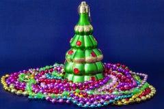 Διακοσμημένο χριστουγεννιάτικο δέντρο θολωμένος, σπινθήρισμα και υπόβαθρο νεράιδων Στοκ φωτογραφίες με δικαίωμα ελεύθερης χρήσης