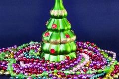 Διακοσμημένο χριστουγεννιάτικο δέντρο θολωμένος, σπινθήρισμα και υπόβαθρο νεράιδων Στοκ Εικόνες