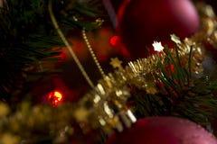 Διακοσμημένο χριστουγεννιάτικο δέντρο και μια στενή επάνω άποψη του σπινθηρίσματος χρυσό τ Στοκ φωτογραφία με δικαίωμα ελεύθερης χρήσης