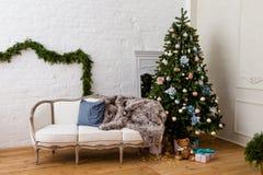 Διακοσμημένο χριστουγεννιάτικο δέντρο με τα δώρα σε ένα καθιστικό Στοκ Φωτογραφία