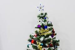 Διακοσμημένο χριστουγεννιάτικο δέντρο με τις ζωηρόχρωμες διακοσμήσεις στοκ εικόνες με δικαίωμα ελεύθερης χρήσης