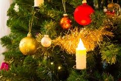 Διακοσμημένο χριστουγεννιάτικο δέντρο με τους ηλεκτρικούς φακούς και τα ηλεκτρικά κεριά στοκ φωτογραφίες με δικαίωμα ελεύθερης χρήσης
