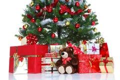 Διακοσμημένο χριστουγεννιάτικο δέντρο που απομονώνεται. Στοκ Εικόνες
