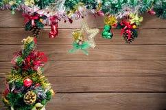 Διακοσμημένο χριστουγεννιάτικο δέντρο στον ξύλινο πίνακα Στοκ εικόνα με δικαίωμα ελεύθερης χρήσης