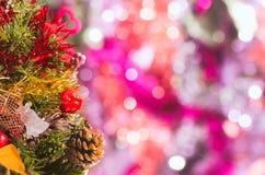 Διακοσμημένο χριστουγεννιάτικο δέντρο στο υπόβαθρο bokeh Στοκ φωτογραφία με δικαίωμα ελεύθερης χρήσης