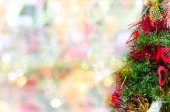 Διακοσμημένο χριστουγεννιάτικο δέντρο στο υπόβαθρο bokeh Στοκ Εικόνες