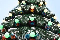 Διακοσμημένο χριστουγεννιάτικο δέντρο υπαίθρια Στοκ φωτογραφία με δικαίωμα ελεύθερης χρήσης