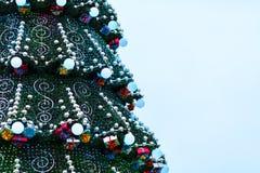 Διακοσμημένο χριστουγεννιάτικο δέντρο υπαίθρια Στοκ εικόνα με δικαίωμα ελεύθερης χρήσης