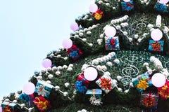 Διακοσμημένο χριστουγεννιάτικο δέντρο υπαίθρια Στοκ Εικόνες