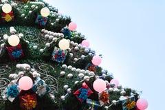 Διακοσμημένο χριστουγεννιάτικο δέντρο υπαίθρια Στοκ Εικόνα
