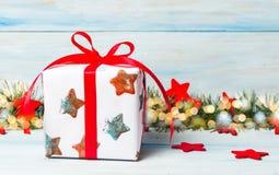 Διακοσμημένο χριστουγεννιάτικο δώρο σε έναν πίνακα Στοκ φωτογραφία με δικαίωμα ελεύθερης χρήσης