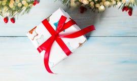 Διακοσμημένο χριστουγεννιάτικο δώρο σε έναν πίνακα Στοκ Εικόνες