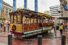 Διακοσμημένο Χριστούγεννα ιστορικό τελεφερίκ του Σαν Φρανσίσκο στοκ εικόνες