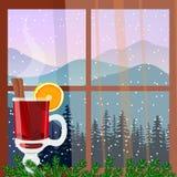 Διακοσμημένο Χριστούγεννα παράθυρο με το καυτό θερμαμένο κρασί Χειμερινό τοπίο με τις σκιαγραφίες των βουνών και του δασικού διαν Στοκ Φωτογραφία