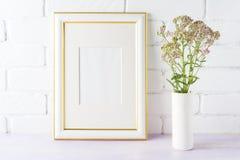 Διακοσμημένο χρυσός πρότυπο πλαισίων με τα ρόδινα λουλούδια στο βάζο κυλίνδρων Στοκ φωτογραφία με δικαίωμα ελεύθερης χρήσης