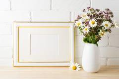 Διακοσμημένο χρυσός πρότυπο πλαισίων τοπίων με την άνθιση wildflower β Στοκ Εικόνες