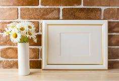 Διακοσμημένο χρυσός πρότυπο πλαισίων τοπίων με την ανθοδέσμη μαργαριτών στο βάζο Στοκ εικόνες με δικαίωμα ελεύθερης χρήσης