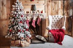 Διακοσμημένο δωμάτιο Χριστουγέννων με το όμορφο δέντρο έλατου Στοκ εικόνες με δικαίωμα ελεύθερης χρήσης