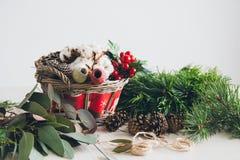 Διακοσμητής ανθοκόμων που κάνει το στεφάνι Χριστουγέννων Στοκ Εικόνες