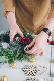 Διακοσμητής ανθοκόμων που κάνει το στεφάνι Χριστουγέννων Στοκ Εικόνα