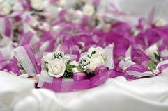 Διακοσμητικά άσπρα τριαντάφυλλα με τα τόξα και τα πορφυρά λωρίδες Στοκ εικόνες με δικαίωμα ελεύθερης χρήσης