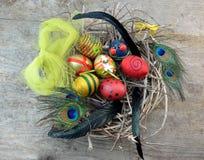 Φωλιά με τα διακοσμητικά αυγά Στοκ φωτογραφία με δικαίωμα ελεύθερης χρήσης